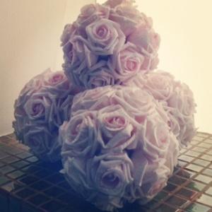 La bailarina quería jugar con ellos pero su belleza era tal que, al tocarlo, convertía el balón en un ramo de flores.